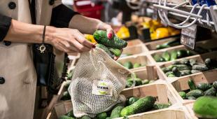 Nowy trend w sklepach – ekoworek na warzywa i owoce