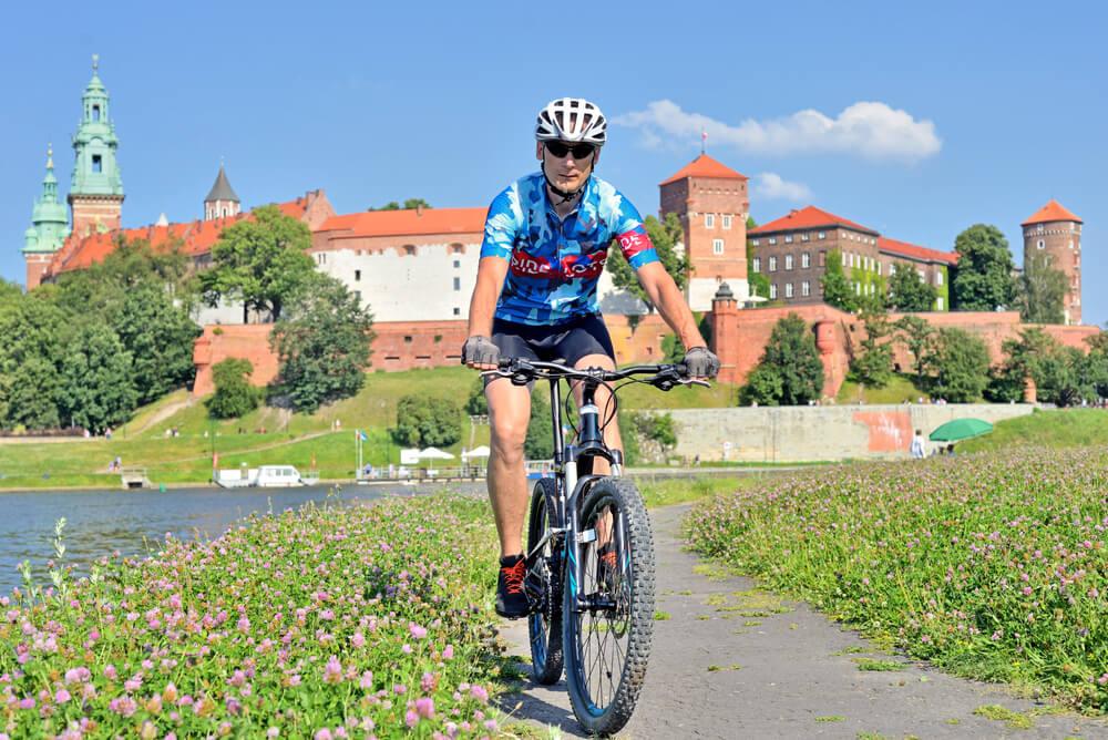 Mężczyzna jadący na rowerze, ścieżką rowerową.