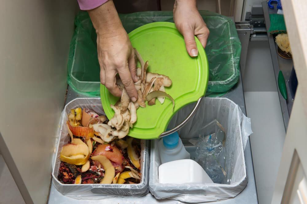 Wyrzacanie resztek z obiady do odpowiedniego pojemnika.