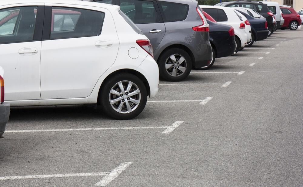 Samochodem w dużym mieście – czy warto utrzymywać darmowe miejsca postojowe w centrum?